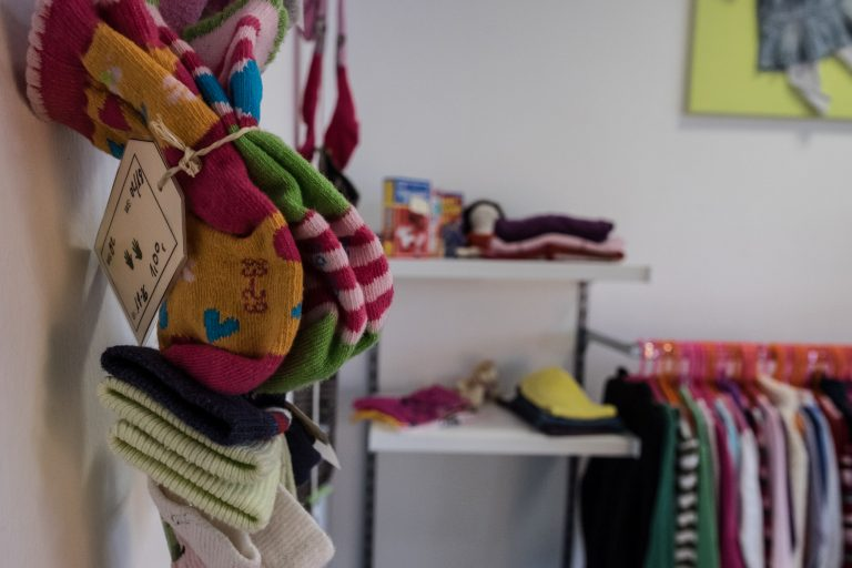 Bunte Kinderhandschuhe in der Rackerstube