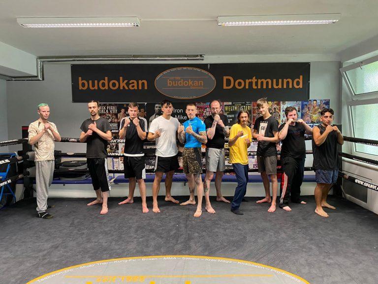 Teilnehmer beim Fitnessboxen